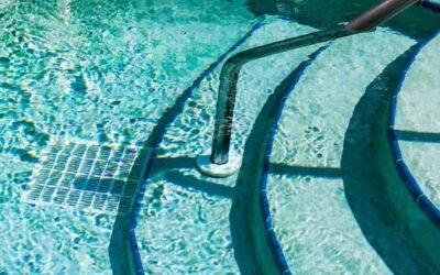Cómo mantener limpia el agua de la piscina